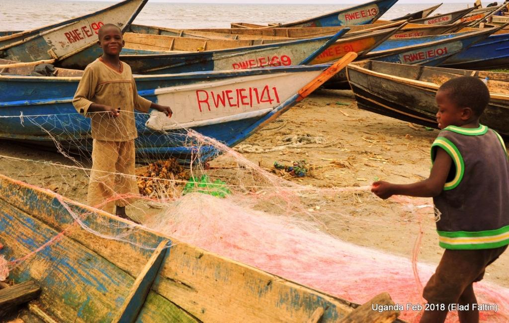 ילדים דייגים אוגנדה אפריקה