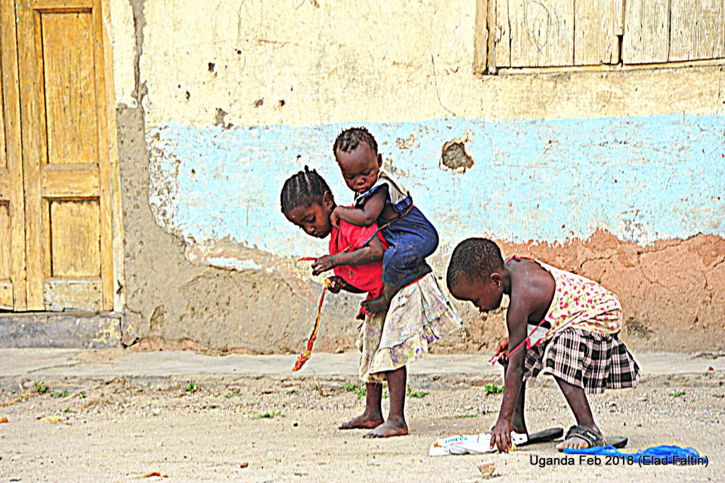 כמו בהרבה מקומות עניים אחרים בעולם. הקשר בין גידול האחים הקטנים על ידי הגדולים מתחיל באפריקה בגיל מאוד קטן.